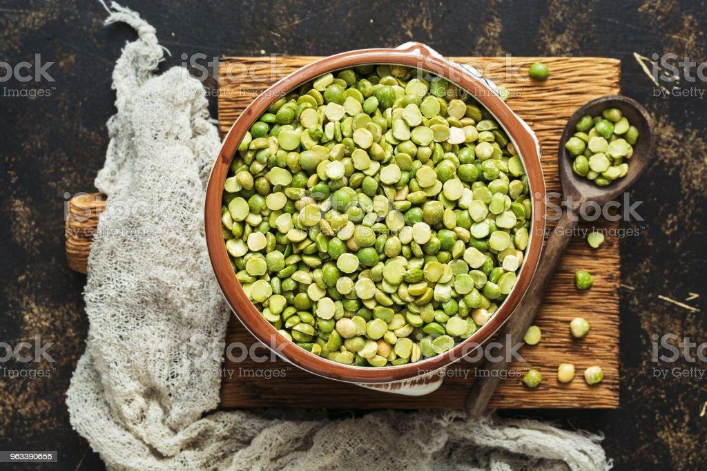 Dry green peas in a bowl on a cutting board. Top view. - Zbiór zdjęć royalty-free (Azja)