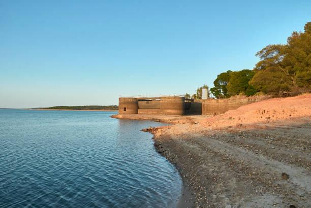 dry laggon of montargil dam - barragem portugal imagens e fotografias de stock