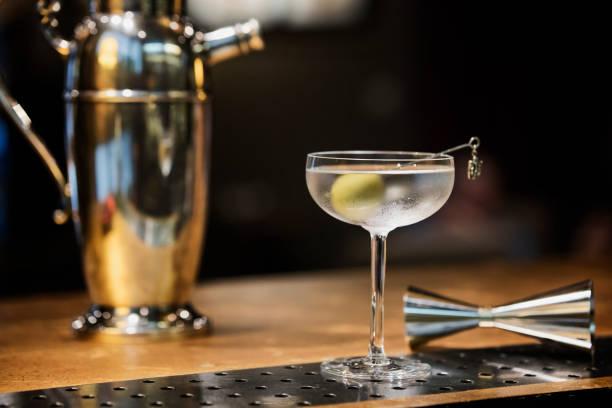 Dry Martini cocktail en verre vintage avec jigger et shaker - Photo