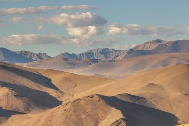 dry mongolian landscapes in the altai mountains, wide landscape - państwowy rezerwat przyrody altay zdjęcia i obrazy z banku zdjęć