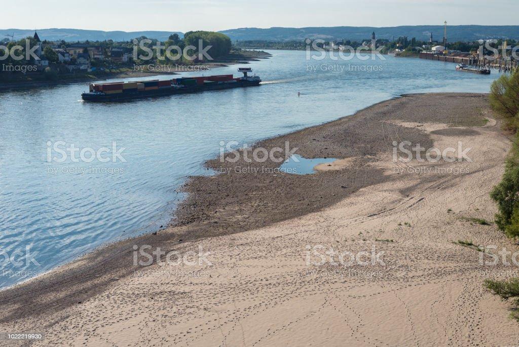 Trockenes Flussbett an einem heißen Sommertag in Westdeutschland, sichtbare schwimmenden Schiff. – Foto