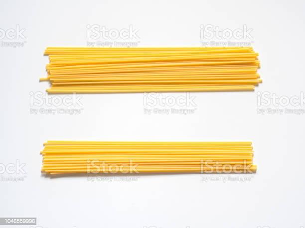 Dry Spaghetti On A White Background For The Menu Geometric Background Flat Lay Copy Space Top View - Fotografie stock e altre immagini di Alimentazione sana