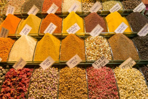 Trockene Gewürze und Kräuter auf dem ägyptischen Markt in ermüde istanbul Truthahn – Foto