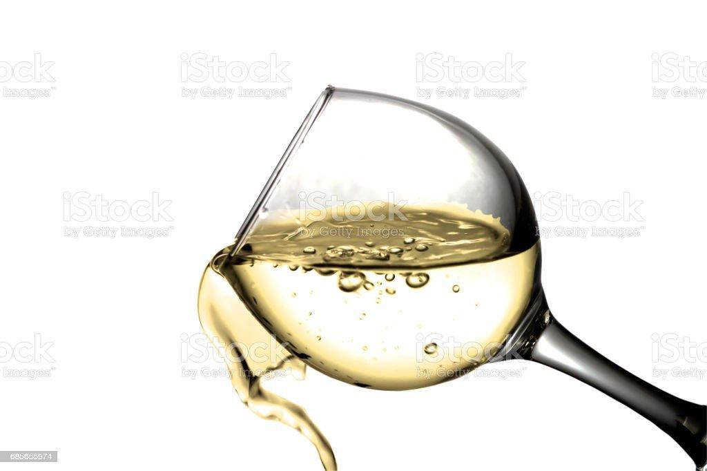 Trockener Weißwein wird in ein Glas gegossen. Lizenzfreies stock-foto