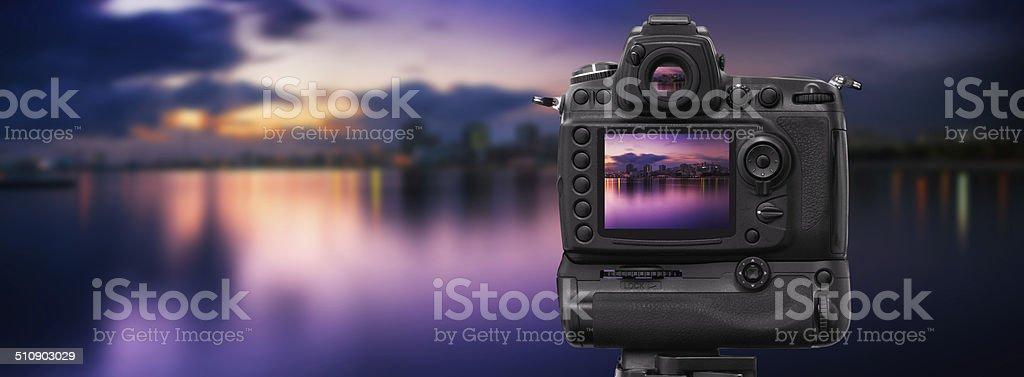 Câmera Dslr de paisagem ao pôr do sol - foto de acervo