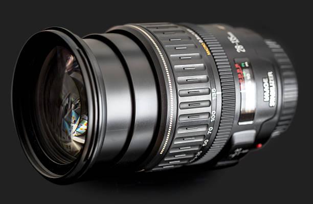 dslr zoom lens on black - telelens stockfoto's en -beelden
