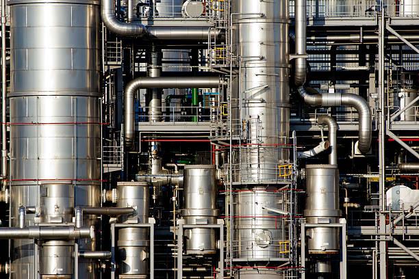 dtails einem öl-raffinerie werk - destillationsturm stock-fotos und bilder