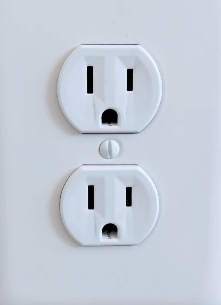 double sortie surprise - prise électrique à trois fiches photos et images de collection