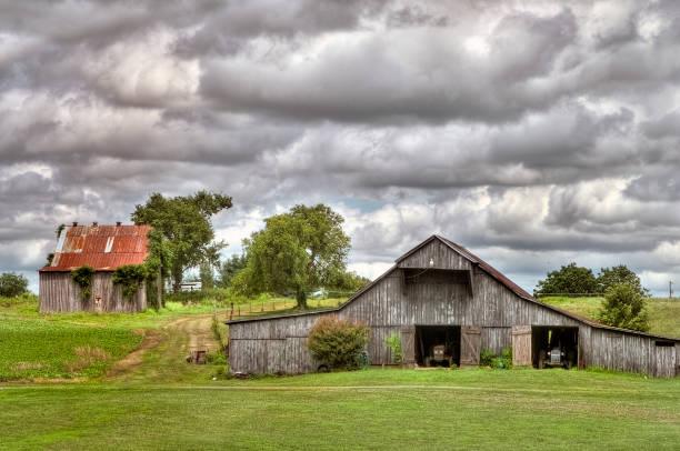 Dubbele houten schuren onder een bewolkte hemel foto