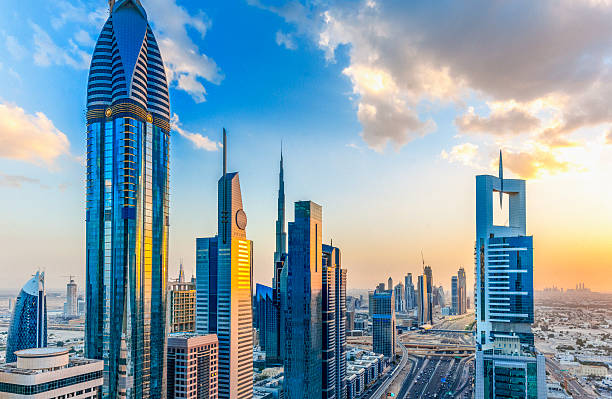 dubai bei sonnenuntergang - sheikh zayed road stock-fotos und bilder