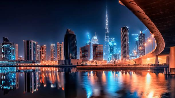 dubai stadtzentrum bei nacht - dubai stock-fotos und bilder