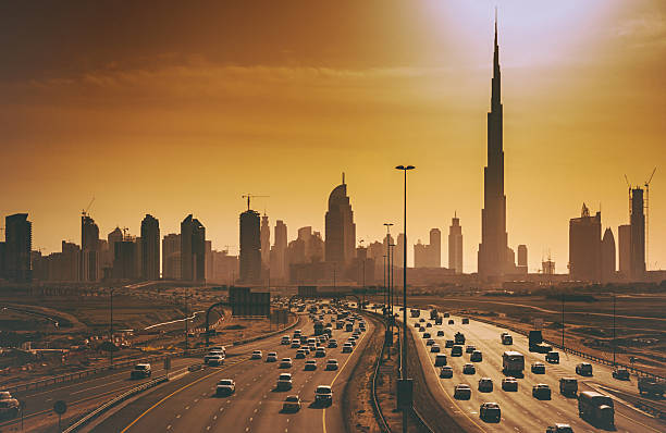 dubai skyline mit wolkenkratzern und highways - sheikh zayed road stock-fotos und bilder