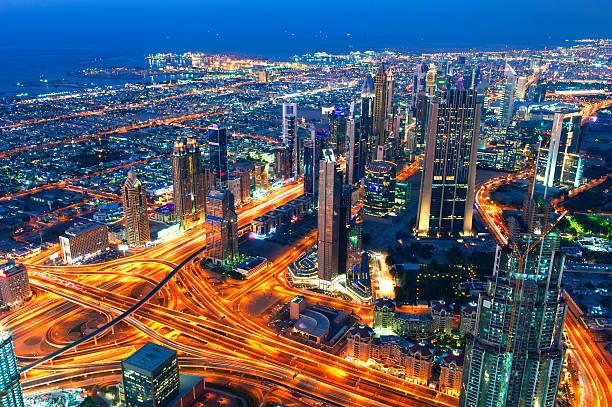 skyline der innenstadt von dubai - sheikh zayed road stock-fotos und bilder