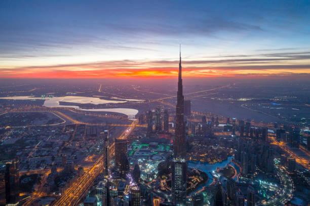 die innenstadt von städtischen skyline von dubai - sheikh zayed road stock-fotos und bilder