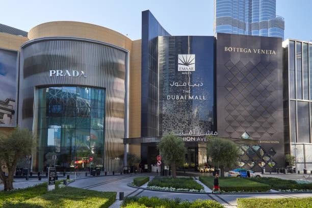 Dubai Mall, centro comercial de lujo Fashion Avenue entrada en un día soleado - foto de stock