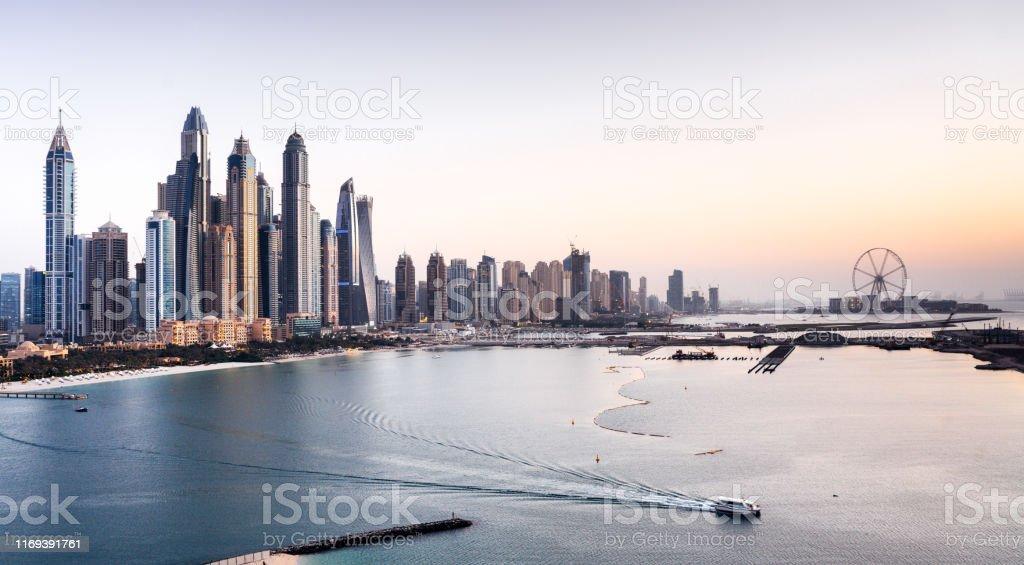Dubai Marina Wolkenkratzer - Lizenzfrei Abenddämmerung Stock-Foto