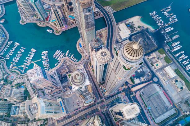 städtischen skyline von dubai marina - sheikh zayed road stock-fotos und bilder