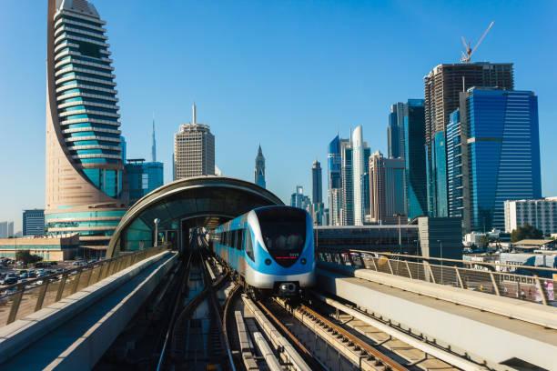 dubai metro. ein blick auf die stadt von den u-bahn-wagen - dubai urlaub stock-fotos und bilder