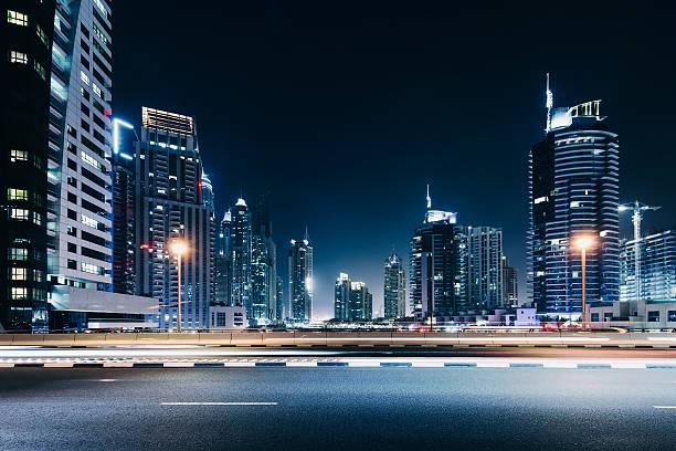 dubai skyline bei nacht - sheikh zayed road stock-fotos und bilder