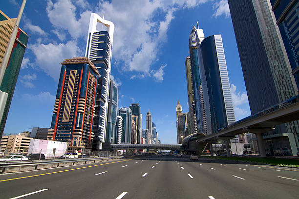 dubai-sheikh zayed road - sheikh zayed road stock-fotos und bilder