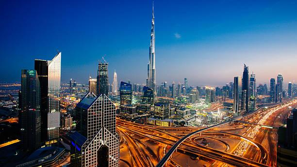 dubai skyline mit verkehr kreuzung und burj khalifa - dubai stock-fotos und bilder