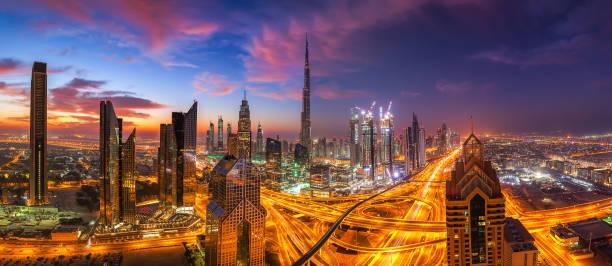 dubai skyline bei sonnenuntergang - sheikh zayed road stock-fotos und bilder