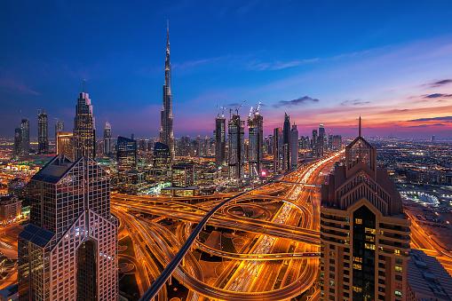 Dubai Skyline Bei Sonnenuntergang Stockfoto und mehr Bilder von Abenddämmerung
