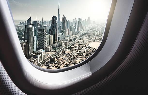 skyline von dubai aus dem flugzeug - jumeirah stock-fotos und bilder