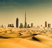 ドバイの街並み、砂漠から