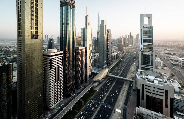 dubai skyline bei sonnenuntergang, vereinigte arabische emirate - sheikh zayed road stock-fotos und bilder