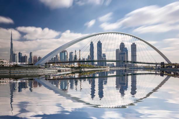 dubai skyline reflexion mit burj dubai, vereinigte arabische emirate - dubai urlaub stock-fotos und bilder
