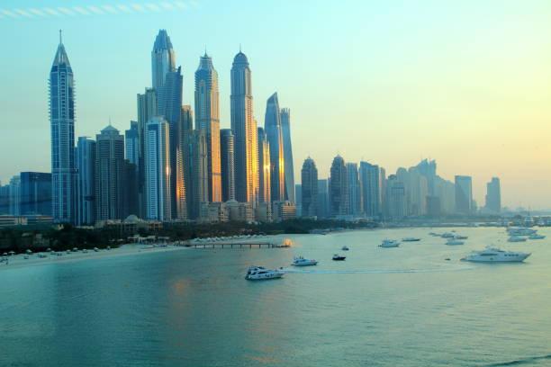 skyline von dubai nach sonnenuntergang - hotels in der türkei stock-fotos und bilder