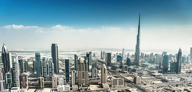 dubai skyline mit der innenstadt - sheikh zayed road stock-fotos und bilder