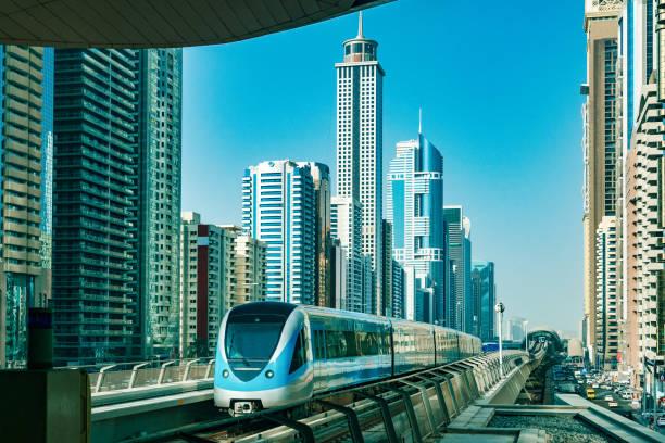skyline von dubai mit metro - sheikh zayed road stock-fotos und bilder