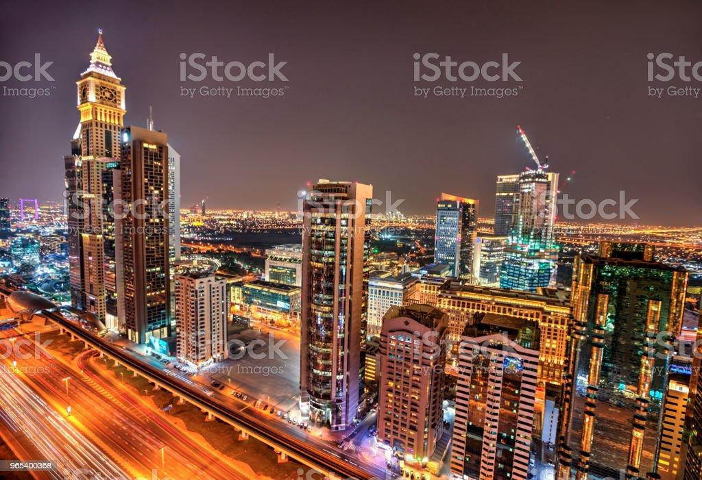 迪拜日落全景的酋長紮耶德路 - 免版稅交通圖庫照片