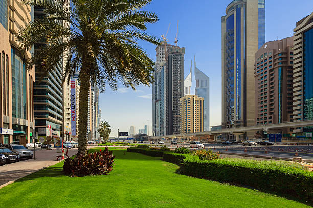 dubai, vae – sheikh zayed road in morgen sonnenlicht - sheikh zayed road stock-fotos und bilder