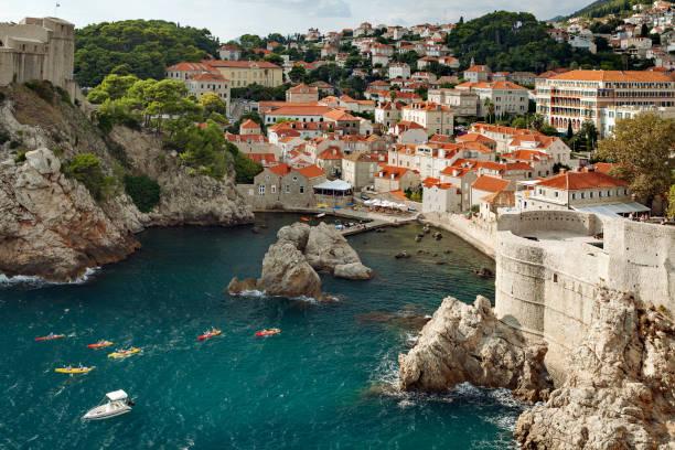 Dubrovnik, Dalmacia, Croacia - ver el casco antiguo de Dubrovnik, fortaleza de Lovrijenac, de la pared de la fortaleza - foto de stock