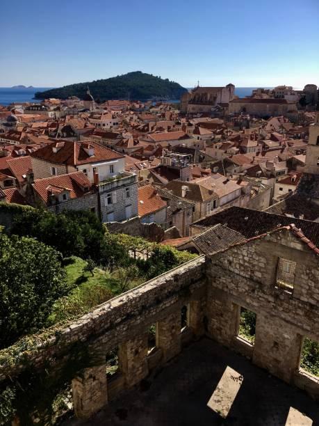 ドブロブニク旧市街、ドゥブロヴニク、クロアチアの要塞化された壁から縦表示 ストックフォト
