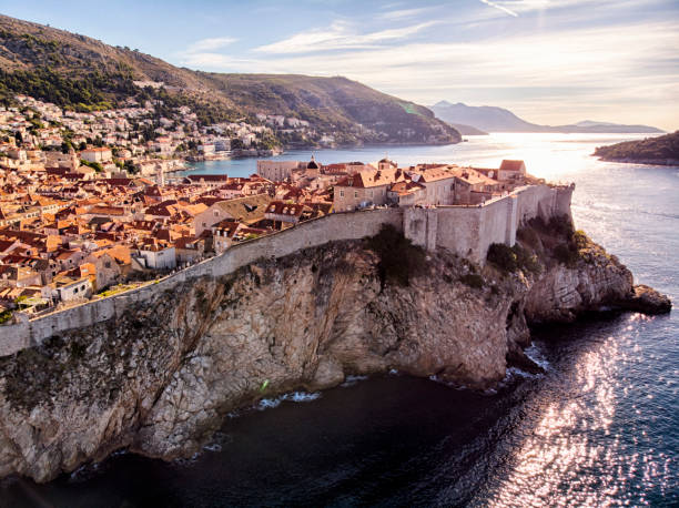 dubrovnik oude stad muren luchtfoto uitzicht op de stad - versterkte muur stockfoto's en -beelden