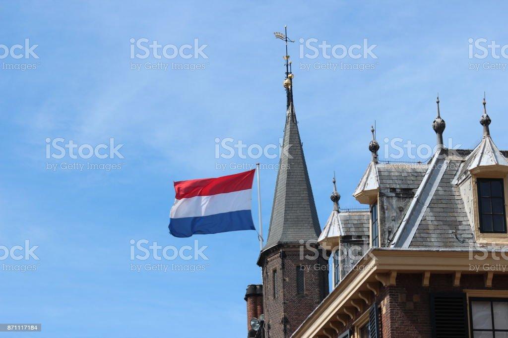 Ducht vlag op het Binnenhof, het Parlementsgebouw in Den Haag, Nederland foto