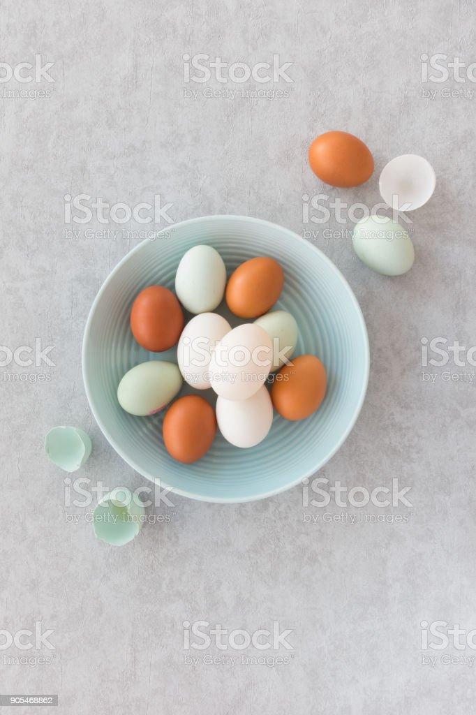 Ente und Huhn Eiern in eine Schüssel geben – Foto