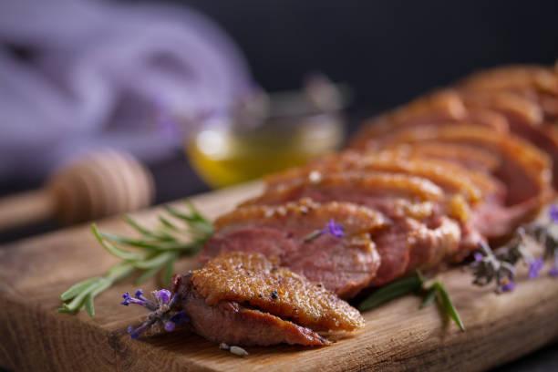 Pechuga de pato en la tabla de servir. Filete de filete de pechuga de pato. - foto de stock