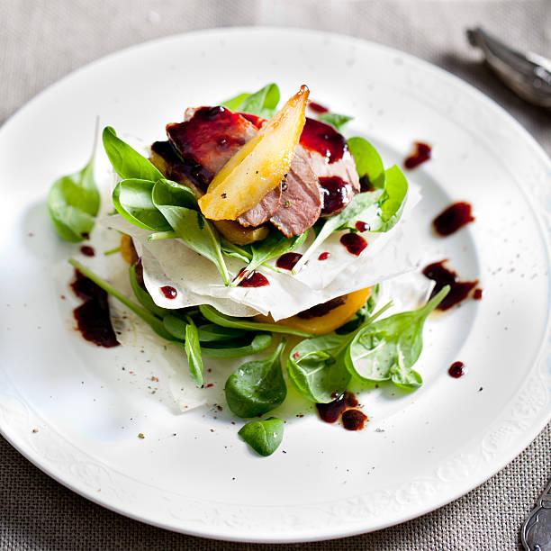 アヒルの胸肉のロースト、洋ナシ、サラダ白のプレート - フランス料理 ストックフォトと画像