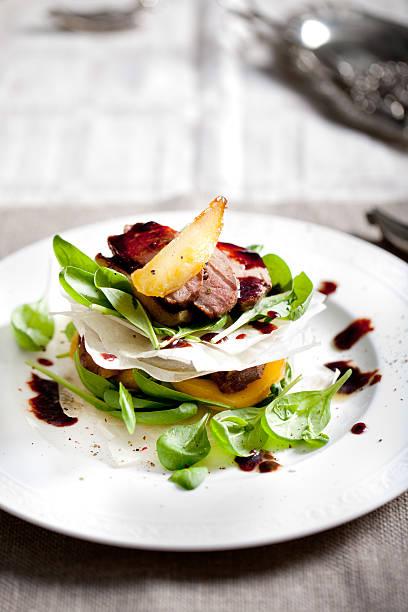 pechuga de pato asado con ensalada de pera - comida francesa fotografías e imágenes de stock