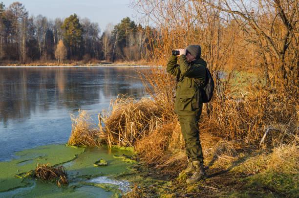 Caza del pato en otoño - foto de stock