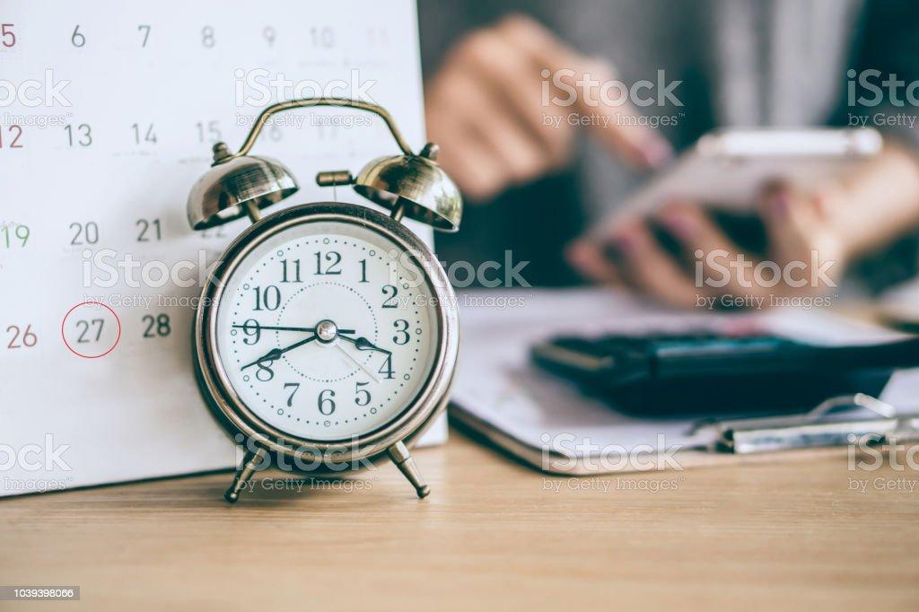 Termin Kalender und Wecker mit Unschärfe Business Frau Hand Berechnung – Foto