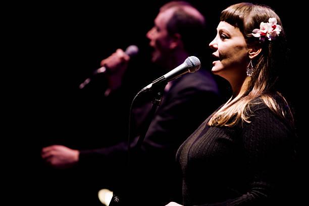 Duo zwischen einem Männliche und weibliche Sängerin live auf der Bühne – Foto