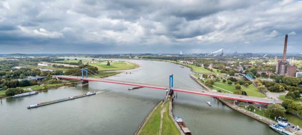 Duisburg / Deutschland - 3. Oktober 2017: die Friedrich-Ebert-Brücke verbindet Ruhrort und Homberg – Foto
