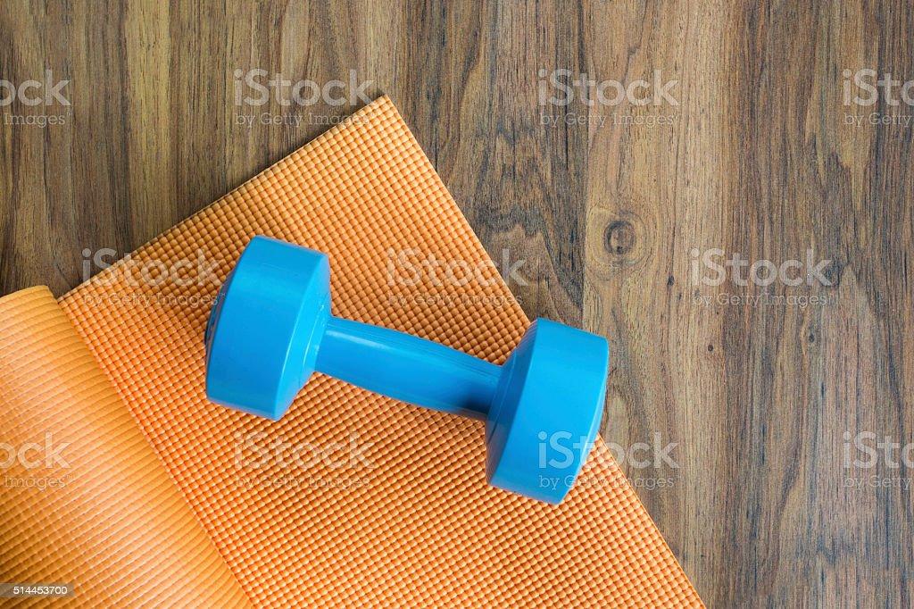 Hanteln und yoga-Matte auf Holz Tisch – Foto