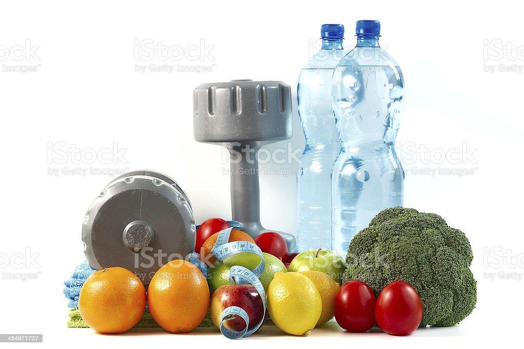 Pesa con frutas y vegetales sobre un fondo blanco. - Foto de stock de Agua libre de derechos